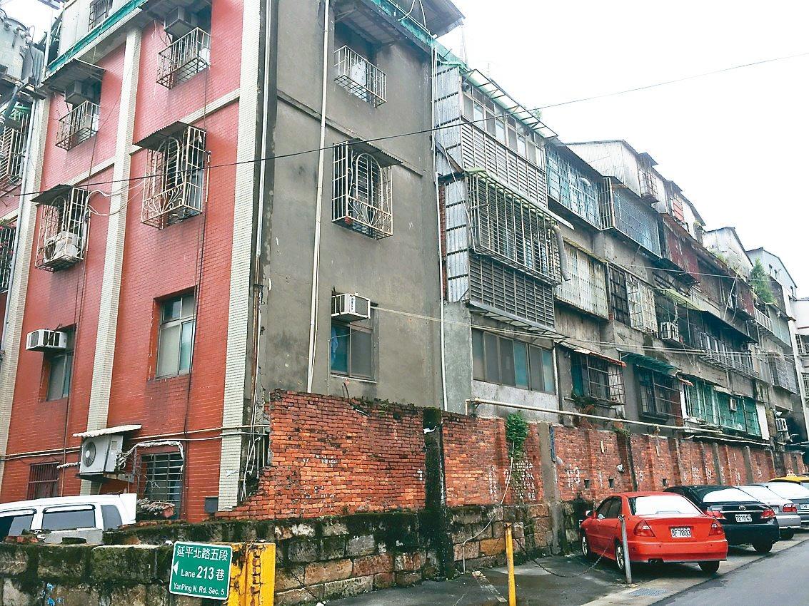 位於北市士林區的葫蘆公寓,被鑑定為海砂屋,但住戶質疑實施者財力不足,致都更案延宕...