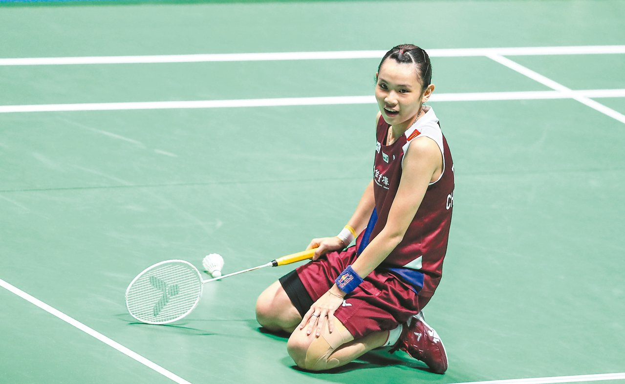 戴資穎在大陸羽球公開賽女單決賽,救球後跪地苦笑。 (新華社)