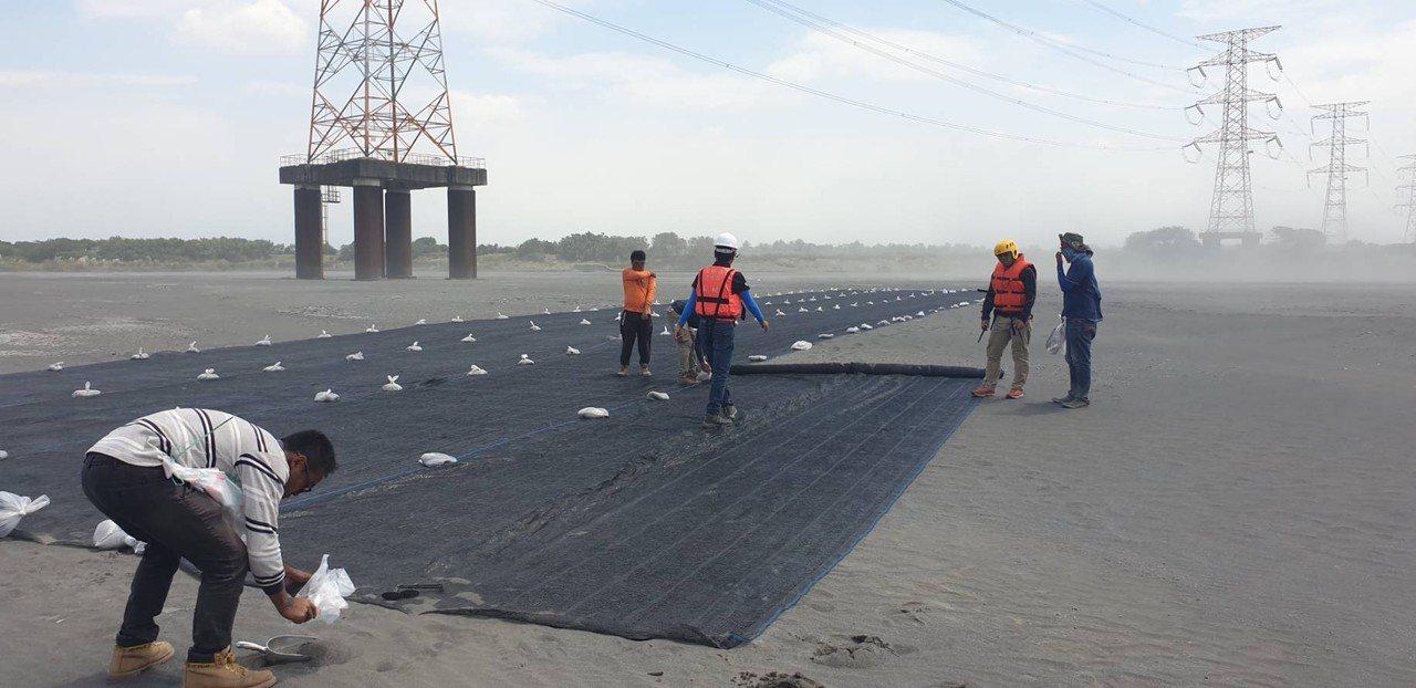 第四河川局近日加緊平鋪式防塵網覆蓋,盼望藉此降低揚塵。圖/第四河川局提供