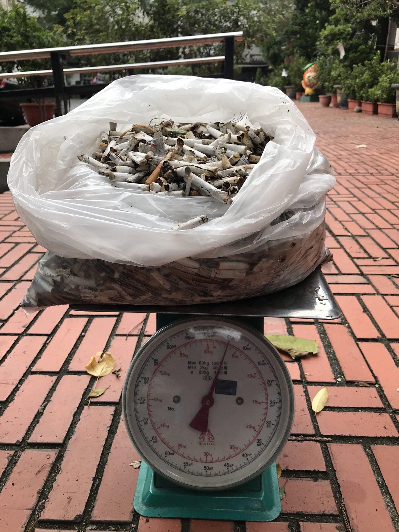 礁溪鄉公所昨天與宜蘭縣政府環境保護局淨街,1個小時撿了3公斤的菸蒂。圖/礁溪鄉公...
