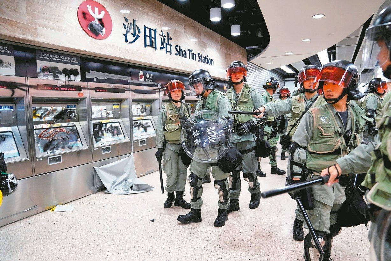 香港警察昨天進入地鐵沙田站,驅散反送中示威者。 (路透)