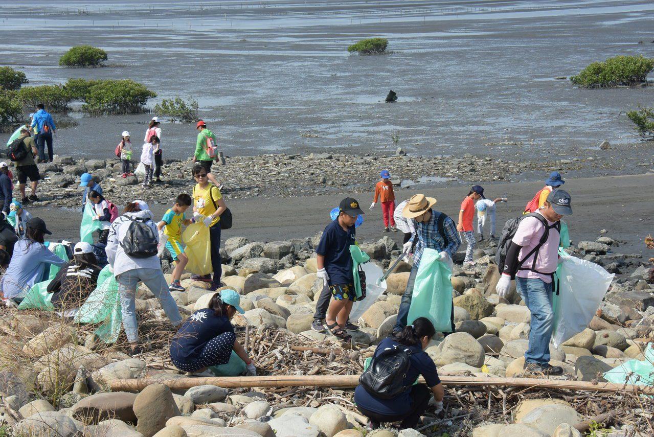 民間團昨天號召6千多名志工到彰化西海岸淨灘。記者林敬家/攝影