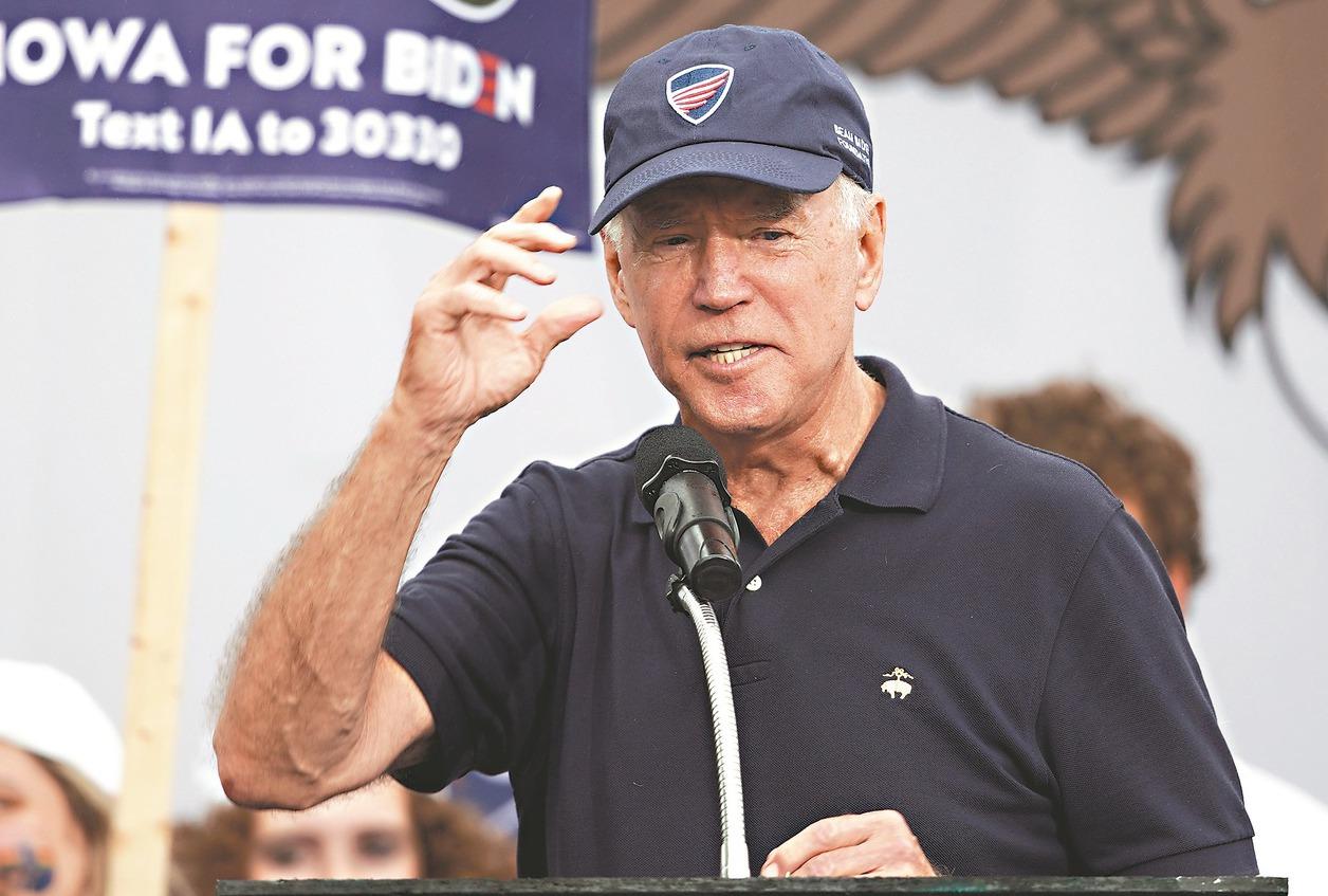 美國前副總統拜登首次跌下民主黨民調冠軍寶座。圖為他參加愛荷華州的牛排薯條大會。 ...