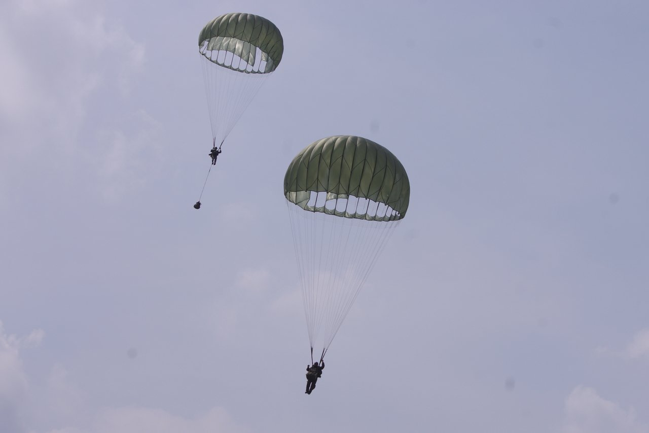 降落中的MC-1降落傘,畫面中遠處傘兵下方垂著一個裝備包。記者程嘉文/攝影