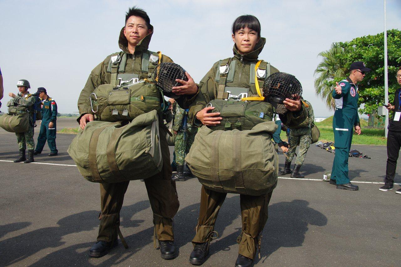 穿著鐵漢裝的傘兵,全身裝備達40公斤。記者程嘉文/攝影