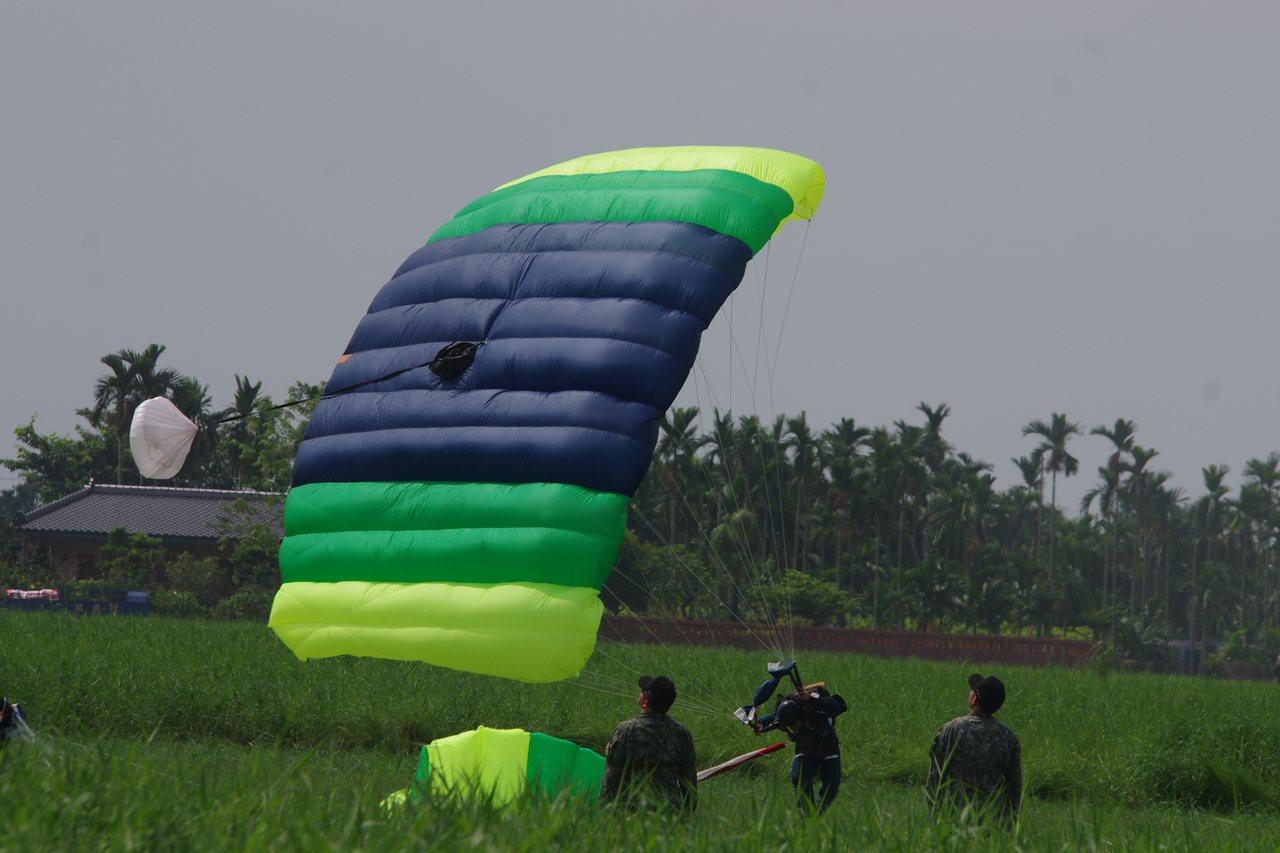 方傘的浮力遠大於圓傘,跳傘者可以直接雙腳著地。記者程嘉文/攝影