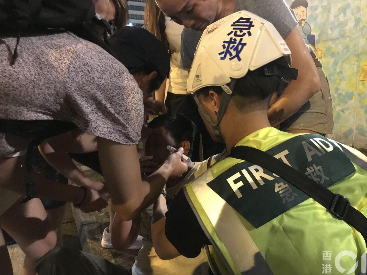 香港反送中持續,今在旺角警署外,多人「中椒」。 圖/取自香港01