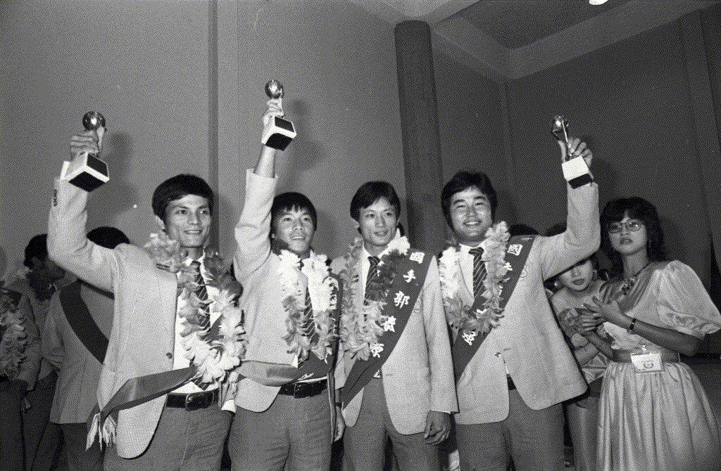 國手郭泰源(右二、)趙士強(右一)、吳復連(左二)、林易增(左一)是1983年亞...