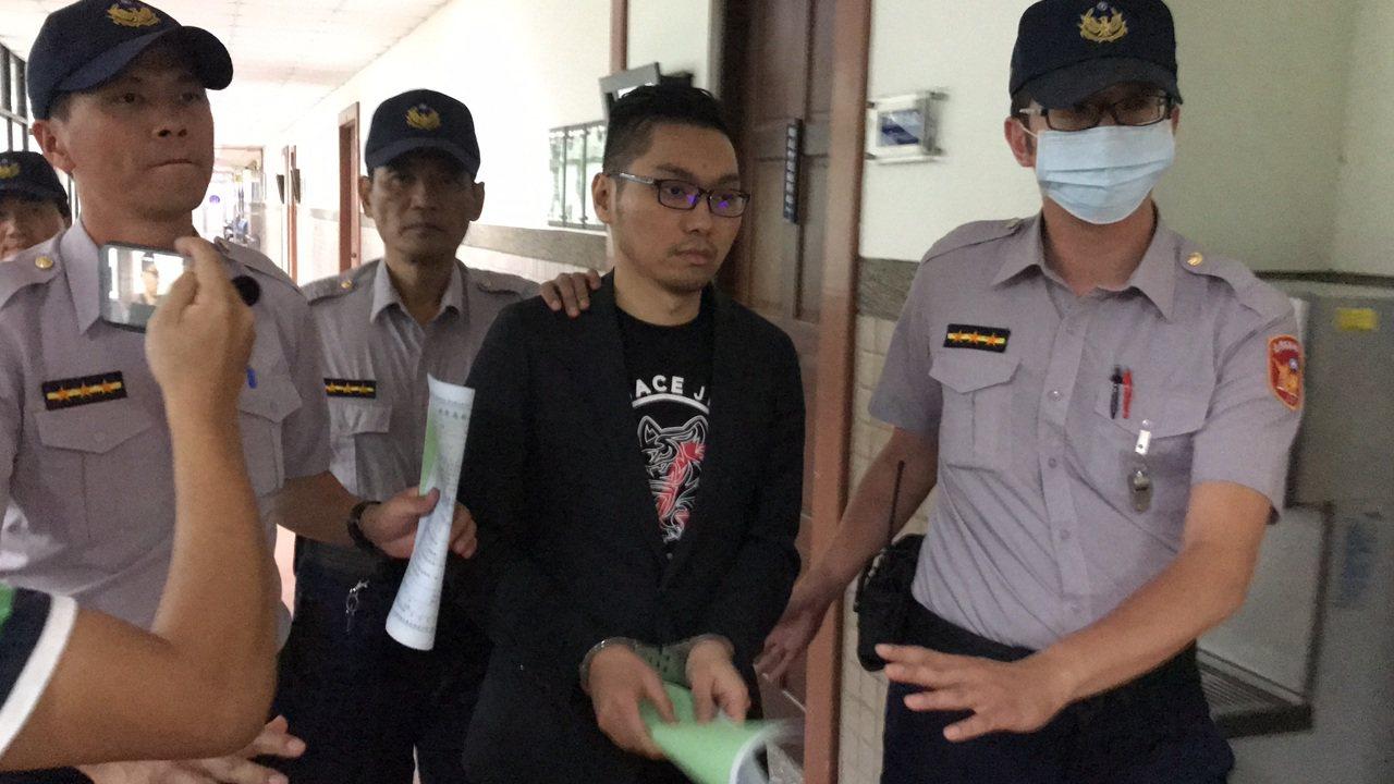 連千毅被裁定收押,被帶出法庭。記者林伯驊/攝影