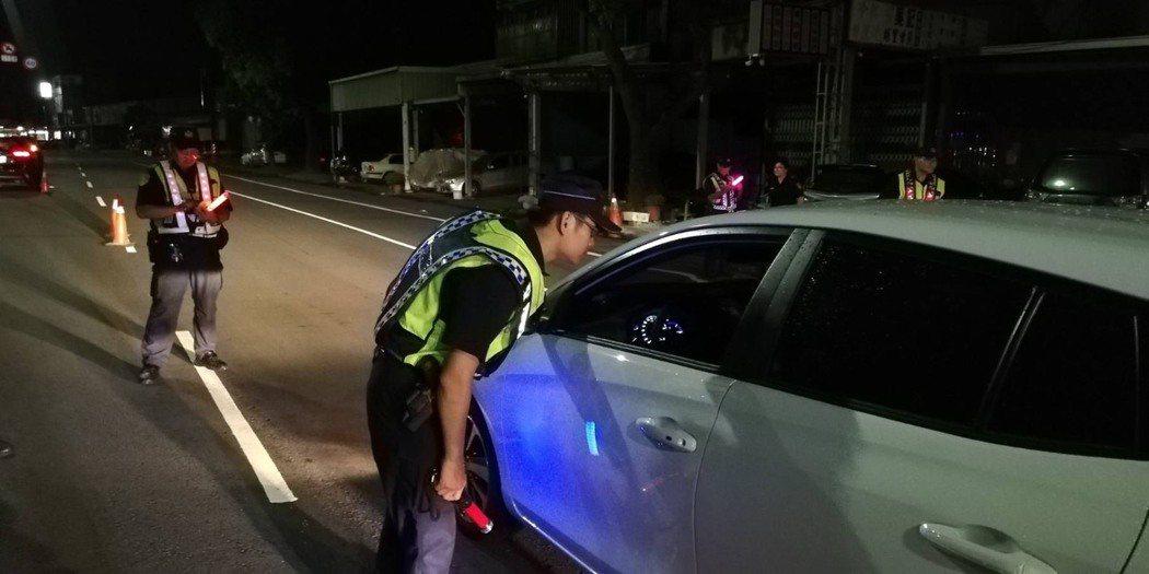 警方指出,盤查發現有民眾使用靜音扣,仍會視同「未繫安全帶」開罰。圖/新竹市警局提...