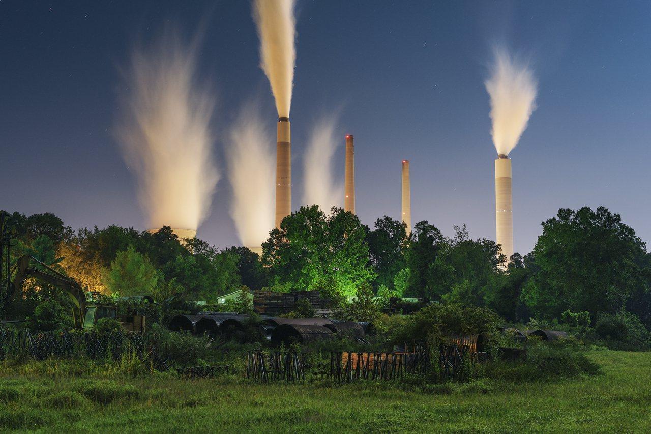 公用事業持續關閉燃煤電廠,轉用更便宜、乾淨的能源。(美聯社)