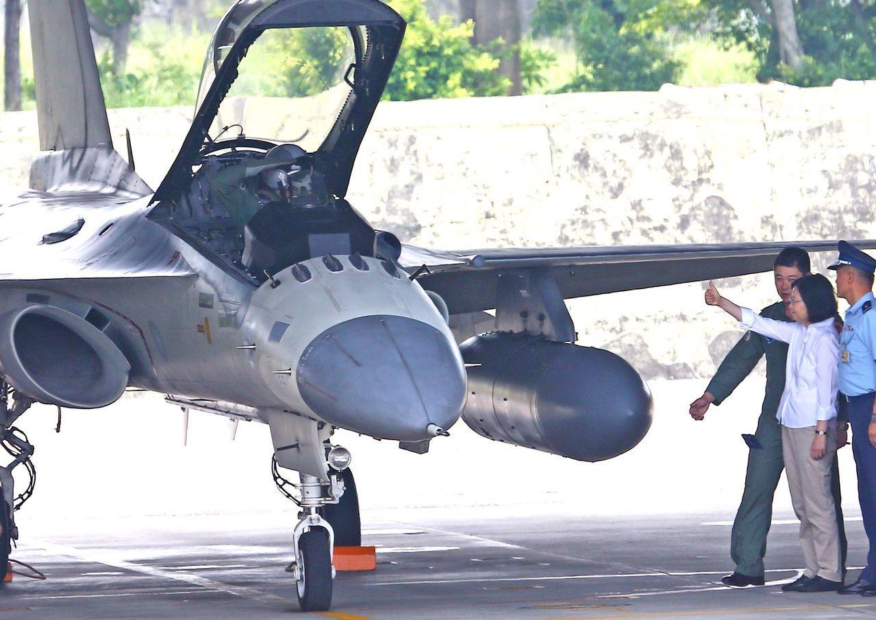 蔡政府把經國號改造成教練機,堅持自行研發,原因之一是藉此累積下一代自製戰機的能量...