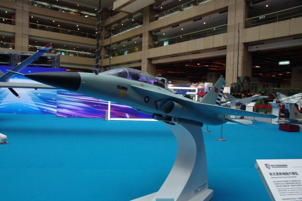 今年8月在台北航太國防工業展上亮相的高教機模型,已經不再使用「藍鵲」塗裝。圖/聯...