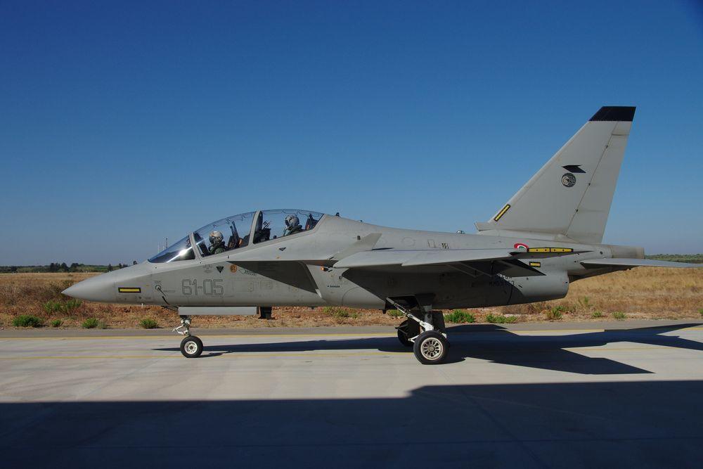 M-346差一點成為國軍下一代高教機,圖為義國空軍的M-346,請注意前後座的高...