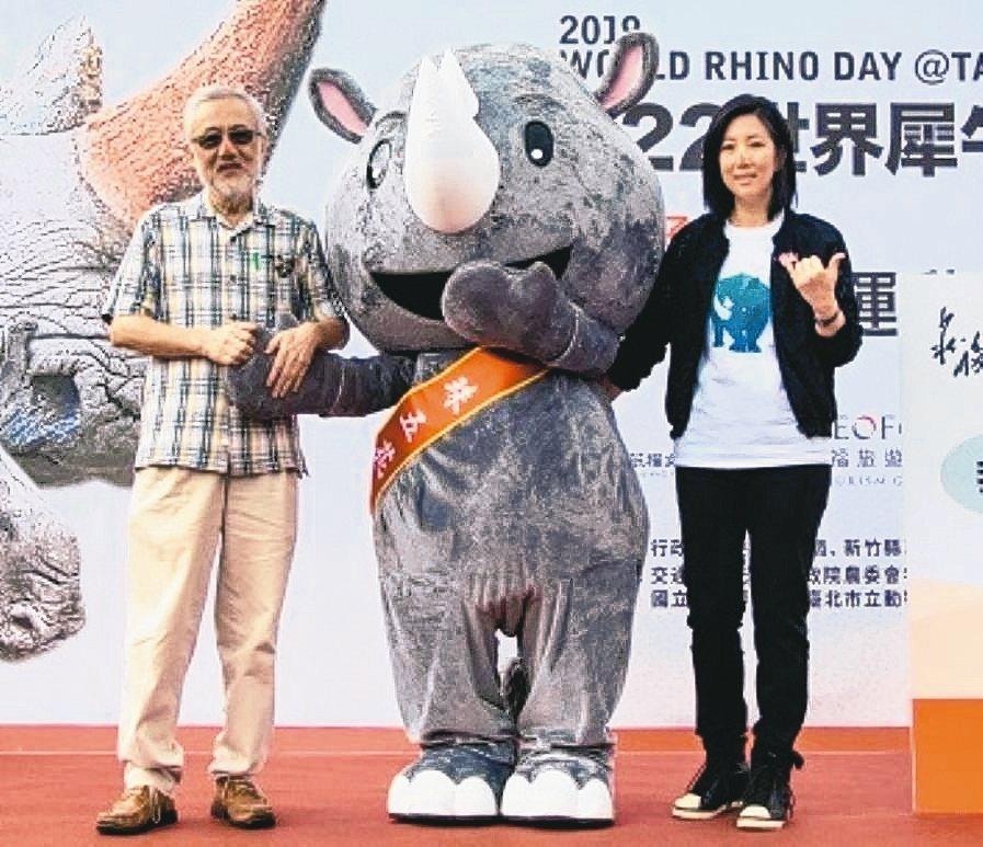 六福村舉行世界犀牛日活動,六福集團總裁莊秀石(左)與集團董事長莊豐如(右)一同出...