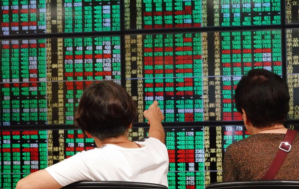新光金、華通等多檔個股受惠於投信季底作帳與外資買超雙重加持,本月來股價表現勝過大...