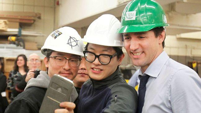 加拿大總理杜魯多(右)與學生自拍留念。加拿大已砸錢要讓留學生來源多元化,並且開發...