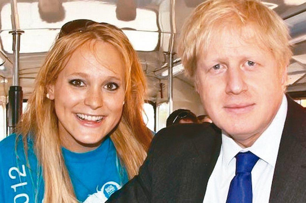 圖為強生(右)2012年競選倫敦市長時,與阿爾基芮(左)合影。 取自臉書