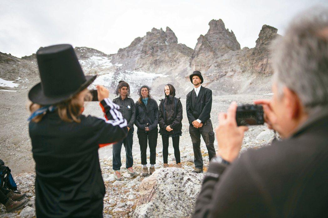 環保人士22日為垂死的瑞士Pizol冰河舉行喪禮(見圖)。 美聯社