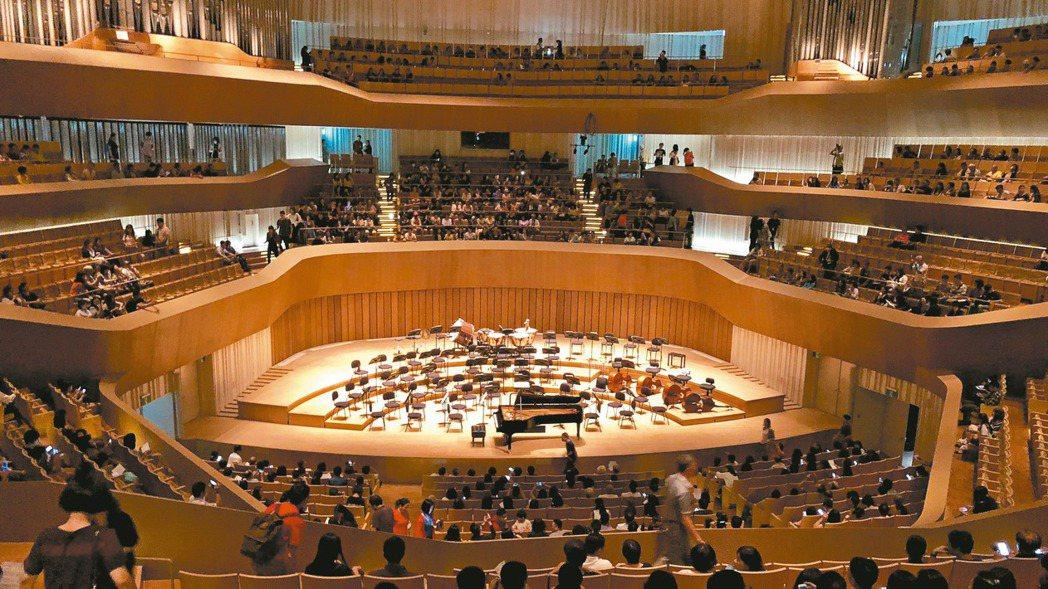 高雄衛武營音樂廳是全台唯一葡萄園式音樂廳,舞台在中央,觀眾坐在面對指揮位置,可清...