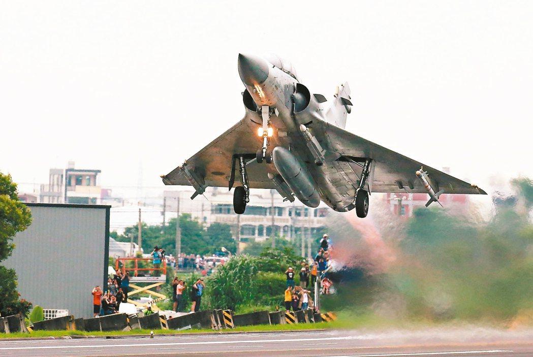 圖為幻象2000完成油彈整補作業後,從戰備道起飛。 本報資料照片