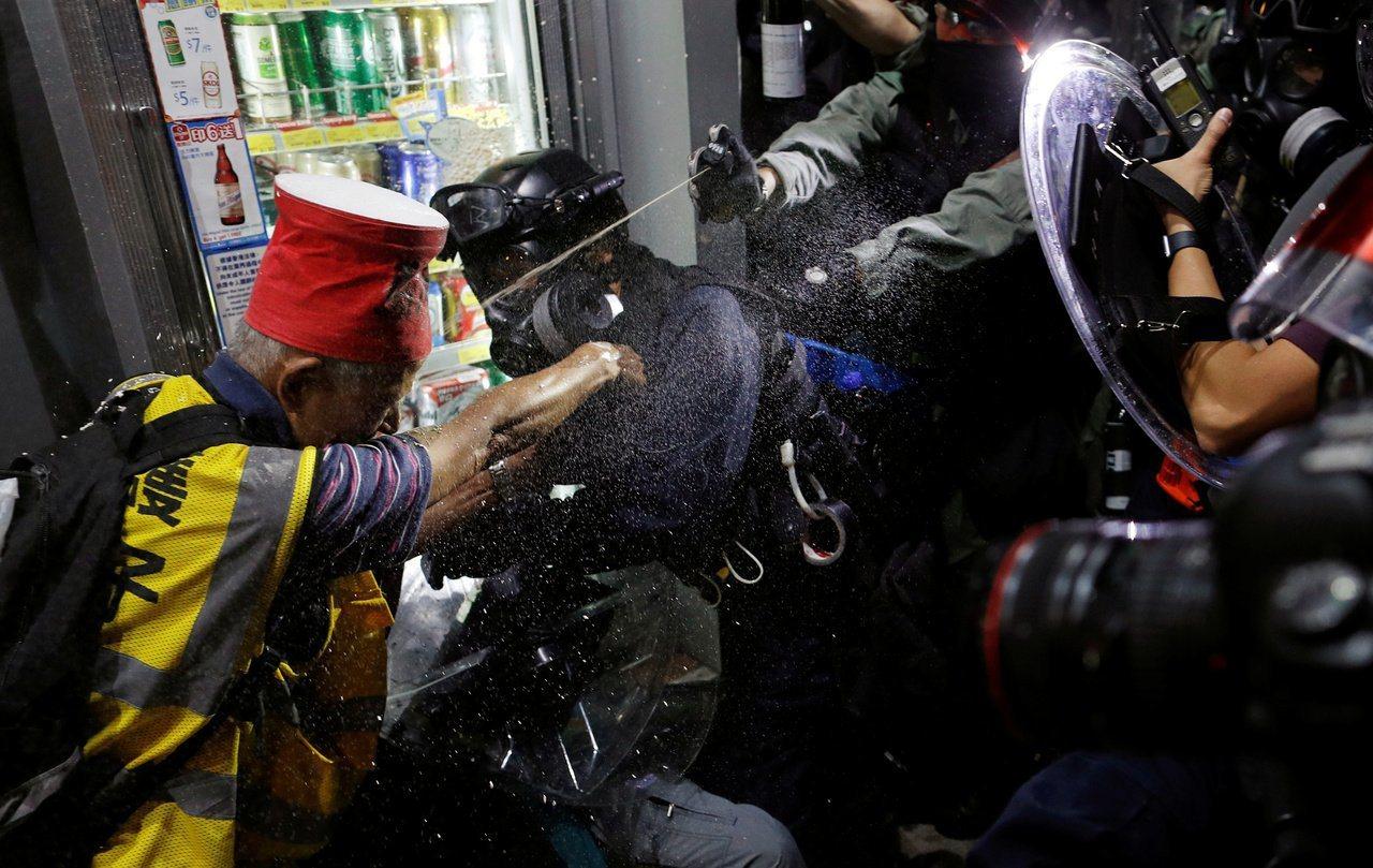 香港一名「守護孩子行動」義工疑在昨晚被警方帶往後巷踢擊後拘捕。 路透社