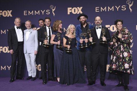 長期受電視艾美獎青睞的美國有線頻道(HBO)今天在頒獎典禮上,靠著「冰與火之歌:權力遊戲」與「核爆家園」奪下包括最大獎最佳影集在內的34座獎項,成為本次最大贏家。路透社報導,「冰與火之歌」(Game...