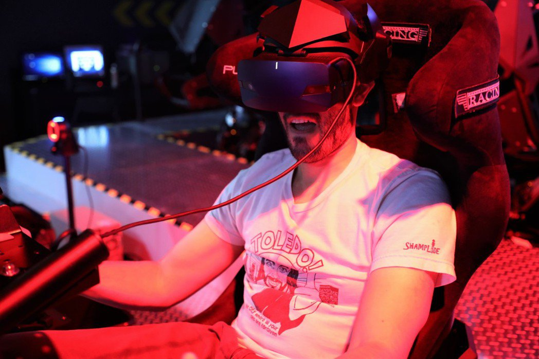 刺激的VR電競遊戲魅力連老外都無法擋。 TESL 台灣電競聯盟/提供