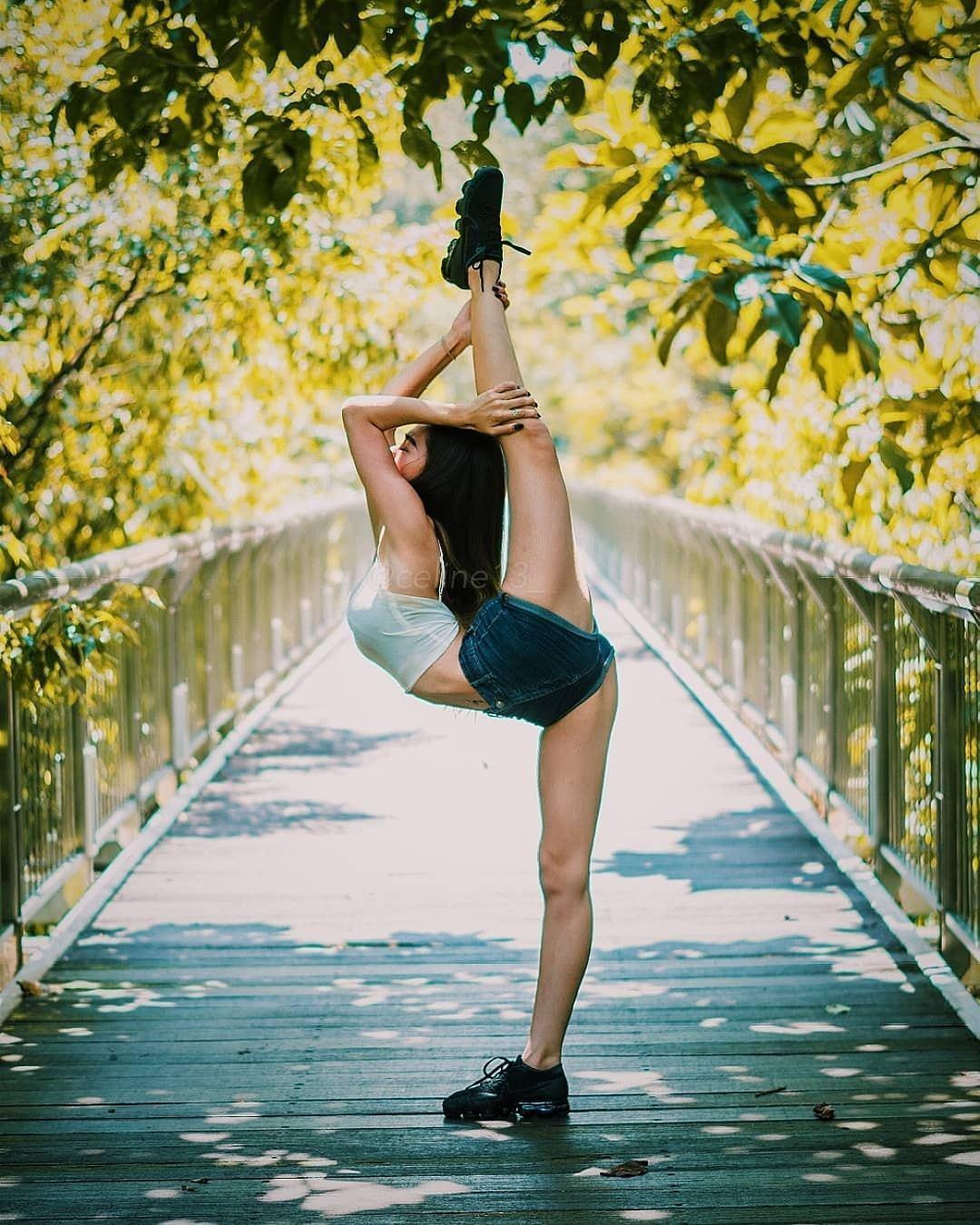 Celine的身體柔軟性十足,可以站立做出一字馬的高難度動作。(IG「celin...
