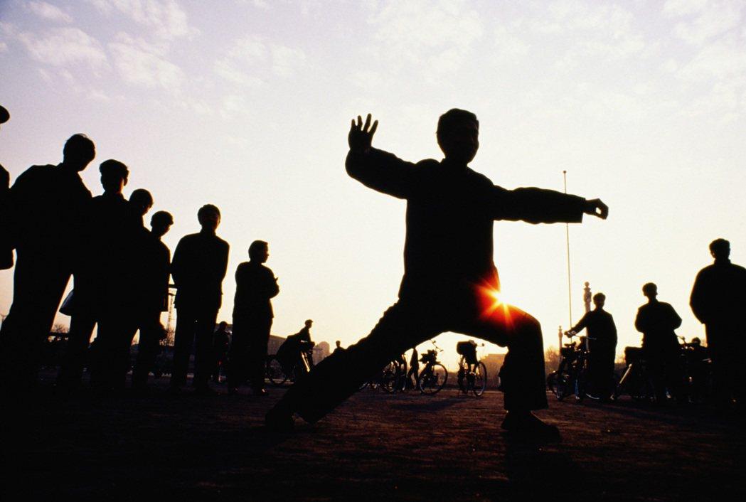 適當進行一些耐寒鍛煉,做些有氧運動,如登山、步行、打太極拳、騎自行車、跳舞等。圖...