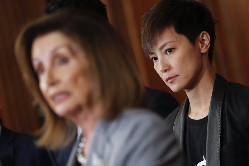 左為美國眾議院議長裴洛西,右為香港民運人士歌手何韻詩,攝於9月18日,華盛頓。 圖/美聯社