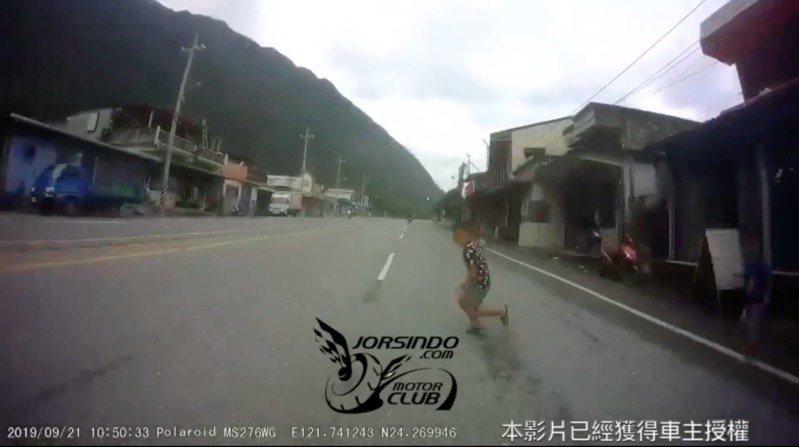 重機為閃避對向違規迴轉車,而撞上男童。圖片來源/<a href=