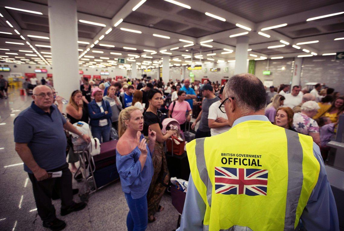 23日被困在馬約卡島的英國遊客。在TCG宣布破產的同時,服務範圍內仍有60萬名消...