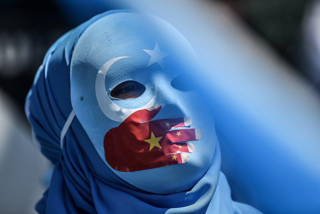 2018年,一名東突厥斯坦示威者抗議中共對維吾爾族人的迫害。 圖/法新社
