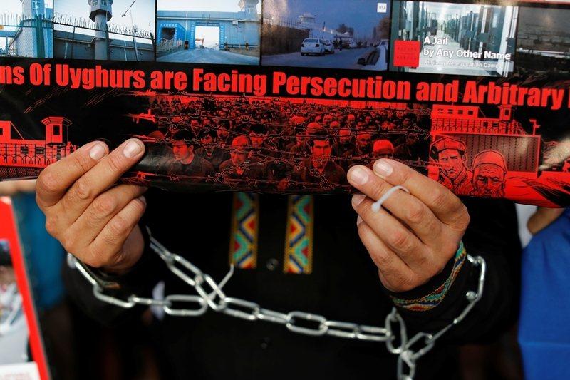 6月28日G20大阪峰會,維吾爾人聚集在場外抗議反中。 圖/路透社