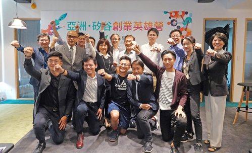 國發會主委陳美伶與創業英雄營學員合影。 國發會提供