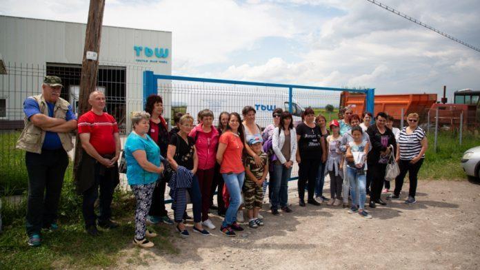 圖說:工人聚集在無預警倒閉工廠前,求合理對待。(photo by 半島電視台截圖...