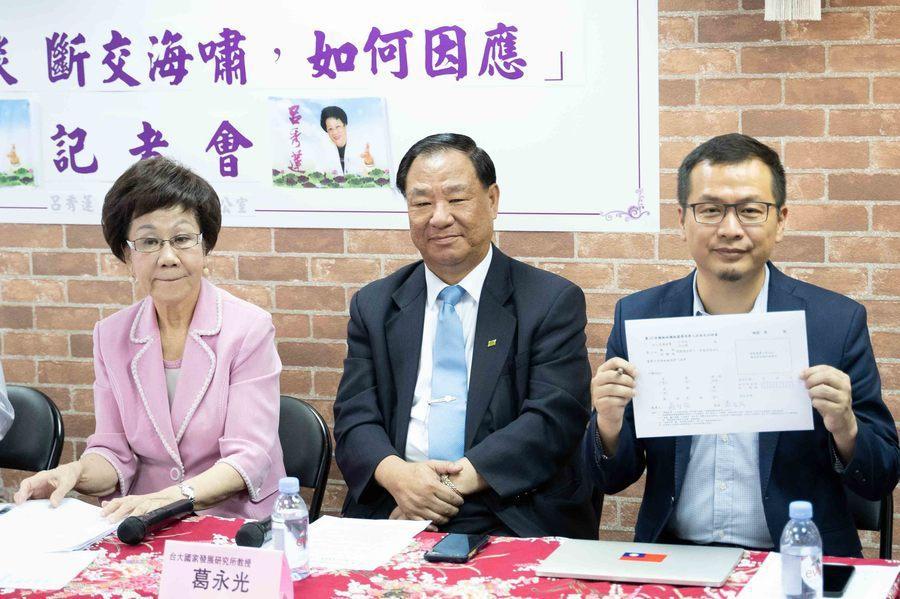 羅智強(右1)接受呂秀蓮(左1)「藍綠外交對談」邀約,並簽下連署書。(photo...