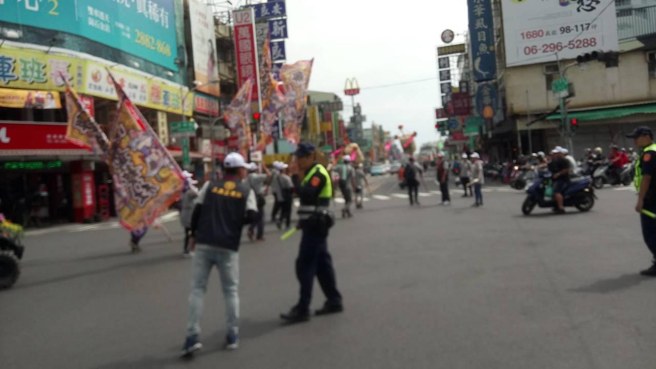 台南市南區府城媽祖會舉行遶境活動,警方沿路進行交管。記者黃宣翰/翻攝