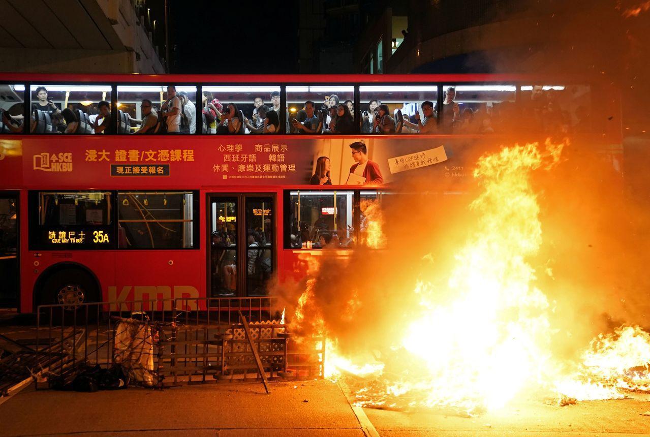 香港的示威抗議活動進入第十六周,昨天晚上有人在旺角警局外縱火。路透