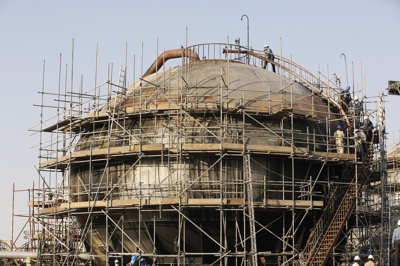 工人正在修理因空襲受創的沙烏地阿拉伯國家石油公司( Aramco)石油處理設施。...