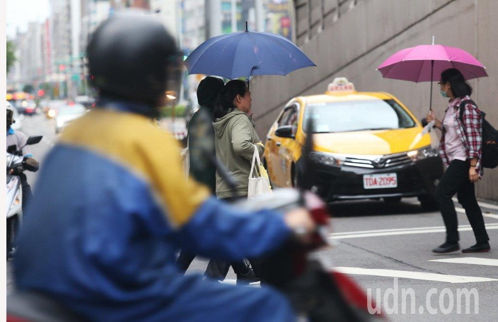 中央氣象局說,整周受東北風影響,迎風面北部、東半部留意局部短暫雨。聯合報系資料照