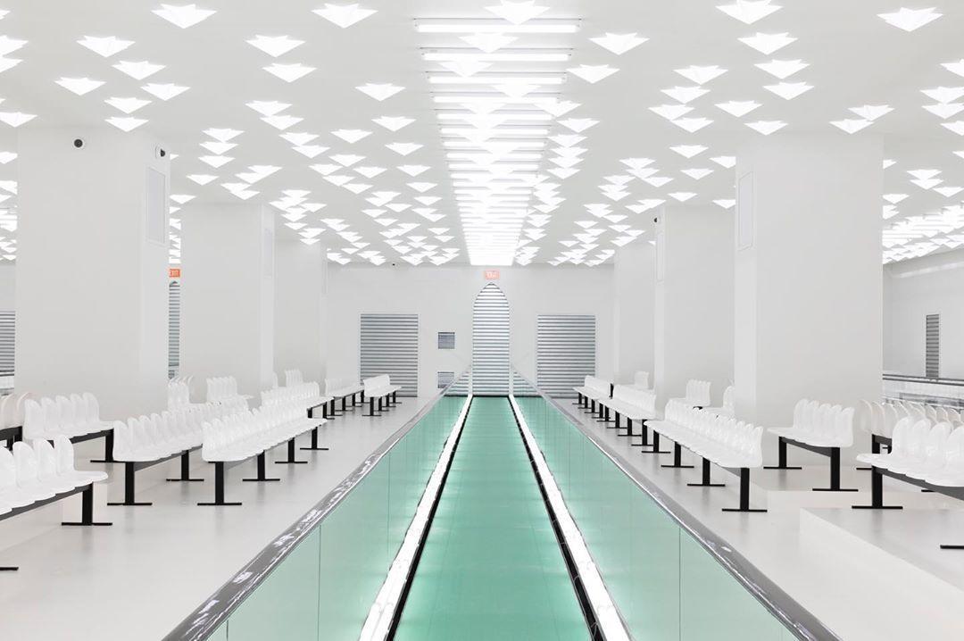 Gucci這次以相對以往更加簡約、素淨的風格把米蘭總部的2020春夏系列秀場打造...