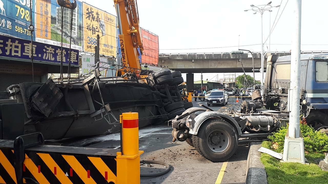 油罐車台一線擦撞機車翻覆,駕駛受傷。圖/警方提供