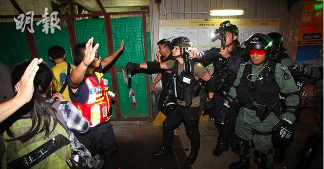 香港警方今天凌晨在太子清場,多名記者「被噴中胡椒水」。(明報網)