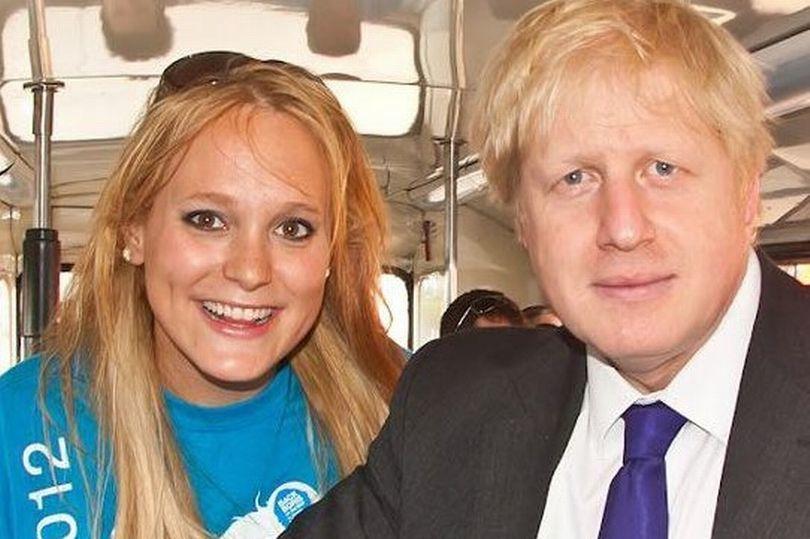 英國首相強生(右)被指控擔任倫敦市長期間,把公款撥給好友阿爾基芮(左)但未申報利...
