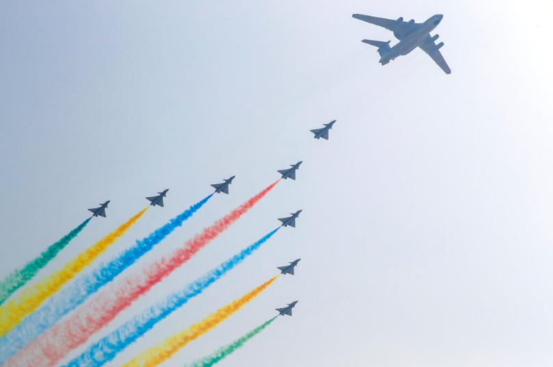 十一綵排,北京上空中共新式戰機噴射出彩虹煙霧。(星島網)