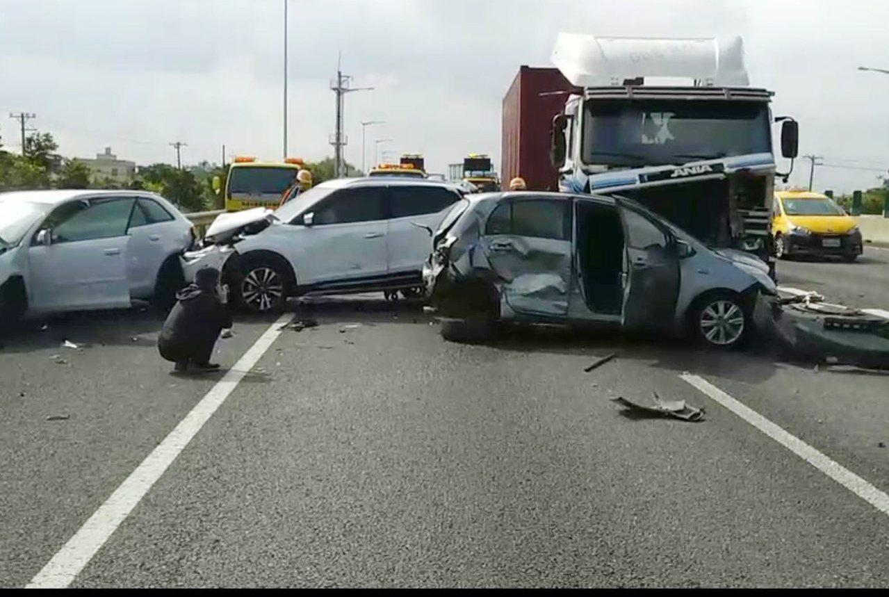 桃園市國道2號西向1.7公里大園交流道前,6輛大小車輛連環大追撞嚴重,零件散落,...