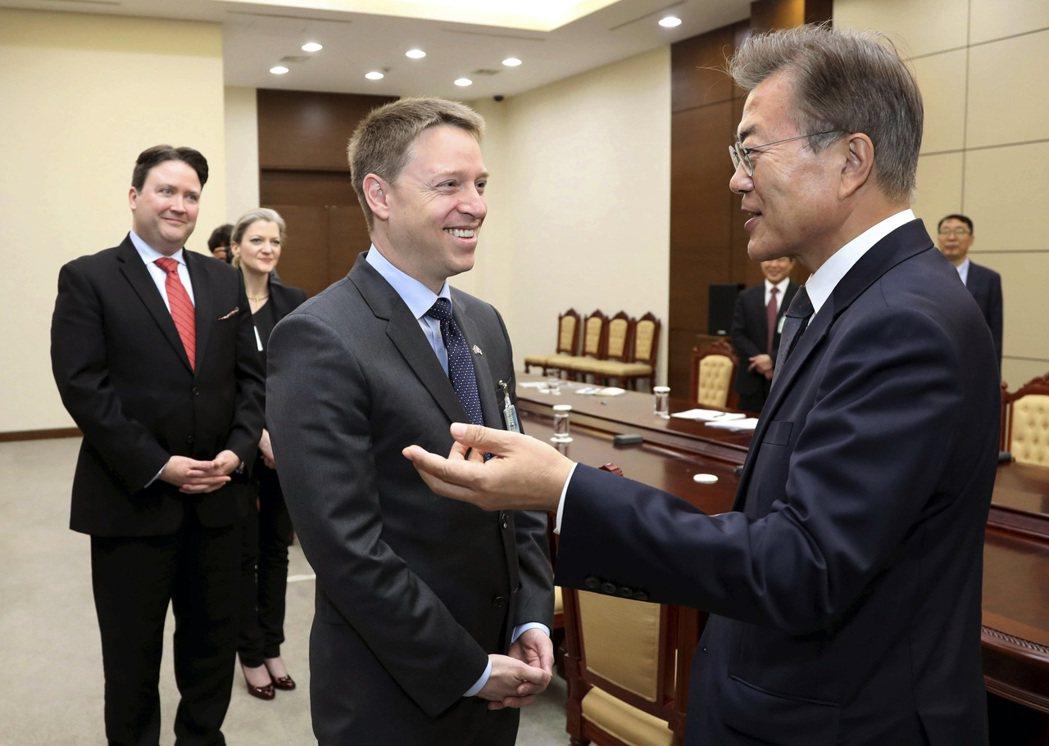 美國國安顧問歐布萊恩22日宣布,原白宮國安會亞太事務資深主任博明(前左)將擔任副...