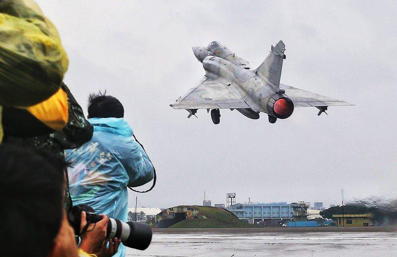 幻象戰機進行戰機空地勤整備及緊急起飛等演練。記者鄭清元/攝影
